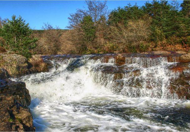 Río Bayas: Cascadas, yacimientos y tradición