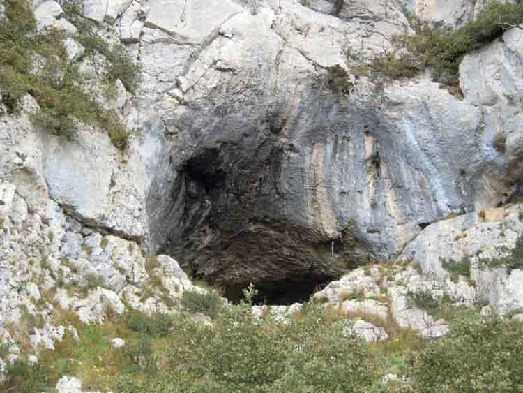 Boca de entrada a la Cueva de los Gentiles entre Ilarduia y Eguino