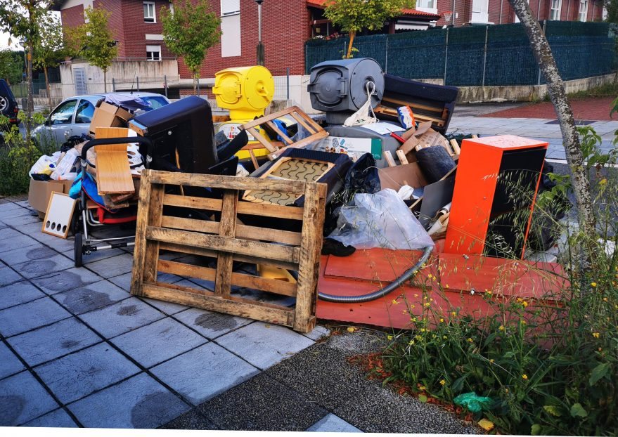 basura fuera de los contenedores