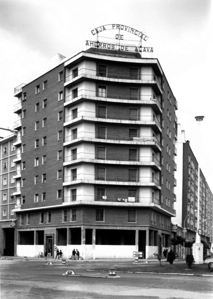 Edificio en la plaza del Emperador Carlos I EN 1962. ATHA