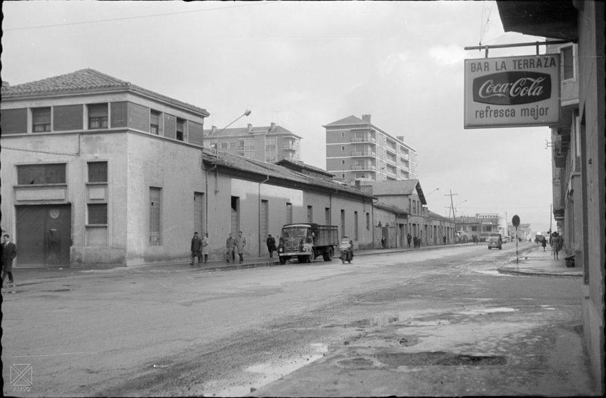 Aspecto de la calle en 1966 antes de su ampliación a finales de los años sesenta. AMVG (Arqué)