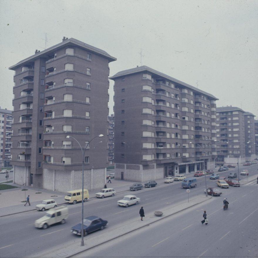 Panorámica de la calle a mediados de la década de los setenta. Fondo Fundación Sancho el Sabio.