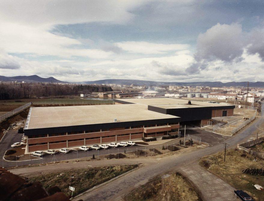 Adurza Nueva planta de Fournier en Puente Alto en 1975. Al fondo antiguos depósitos de Campsa y Esmaltaciones San Ignacio. Fondo Fundación Sancho el Sabio.