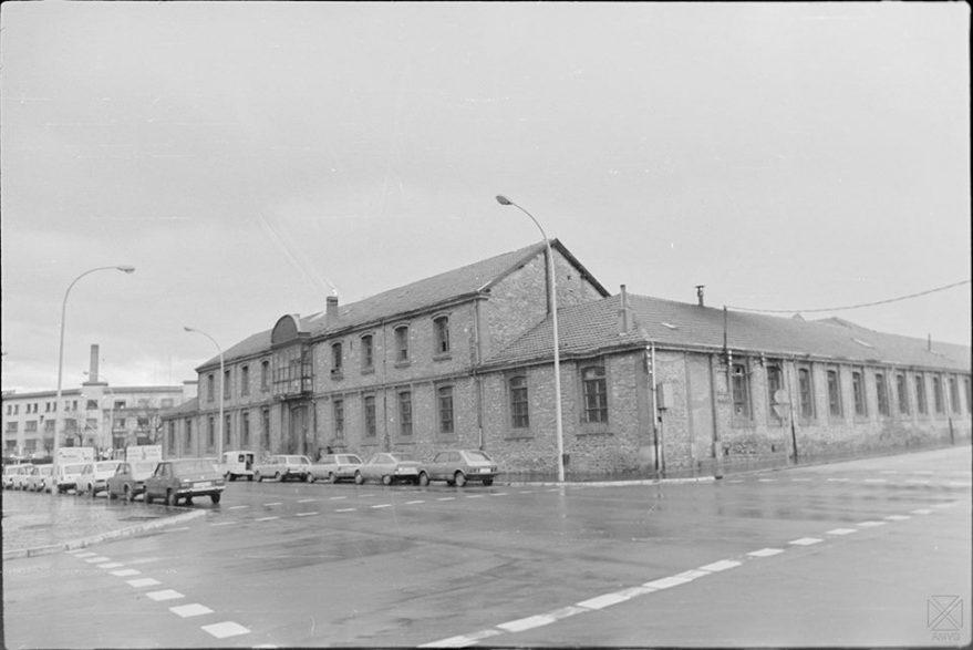 Antigua fábrica de hebillas antes de su derribo en 1978 y al fondo Fournier. Arqué. AMVG.
