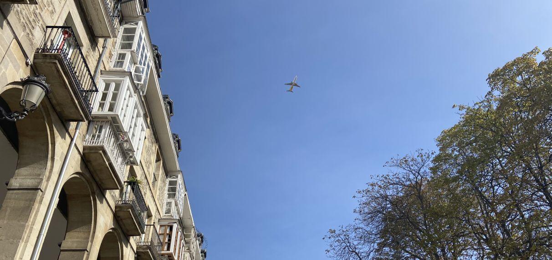 Un avión 737 sobrevuela Vitoria toda la mañana | Gasteiz Hoy