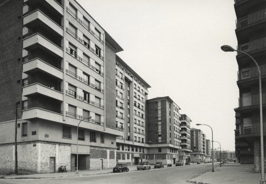 Hacia 1975 la población de Zaramaga suponía casi una quinta parte de la población total de Vitoria-Gasteiz. Calle Reyes de Navarra en 1972. Fondo Fundación Sancho el Sabio.