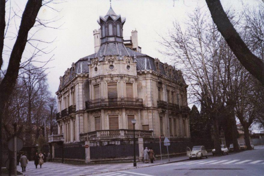 Edificio proyectado por el arquitecto Julio Saracibar en 1901, prototipo de las primeras construcciones que se edificaron en la zona a principios del siglo XX. Fondo Fundación Sancho el Sabio.