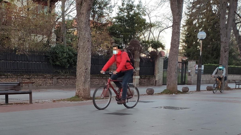 En bici por las aceras y en coche por el carril bici: la ordenanza que no se cumple | Gasteiz Hoy