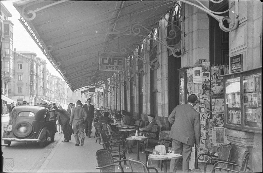 Aspecto de la terraza del Café Suizo en 1956. En su lugar hoy en día se encuentran las oficinas centrales de Laboral Kutxa en Vitoria-Gasteiz. AMVG.