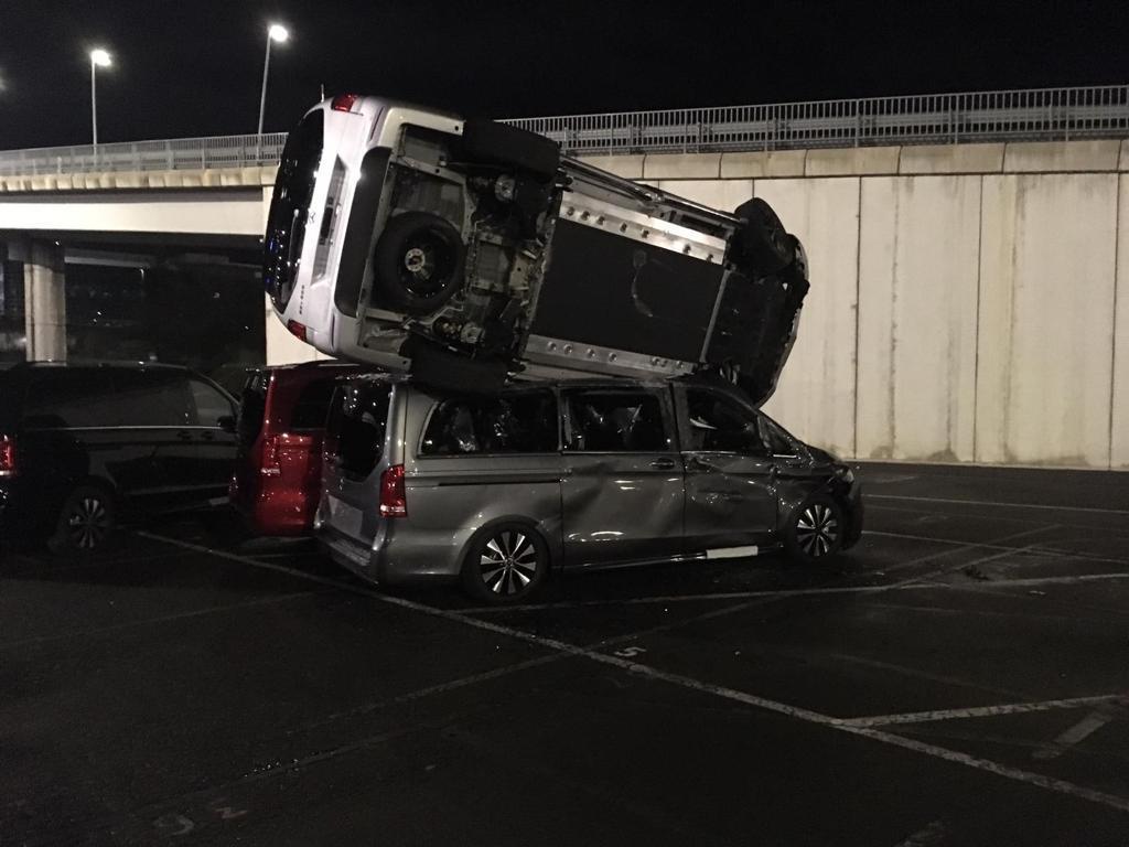 Destroza más de 50 furgonetas en Mercedes con una excavadora