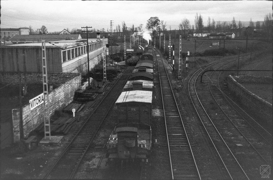 Aspecto de las vías de tren de la línea Madrid-Irún y a la izquierda el ramal de conexión del Vasco-Navarro en 1961. ARQUÉ. AMVG.