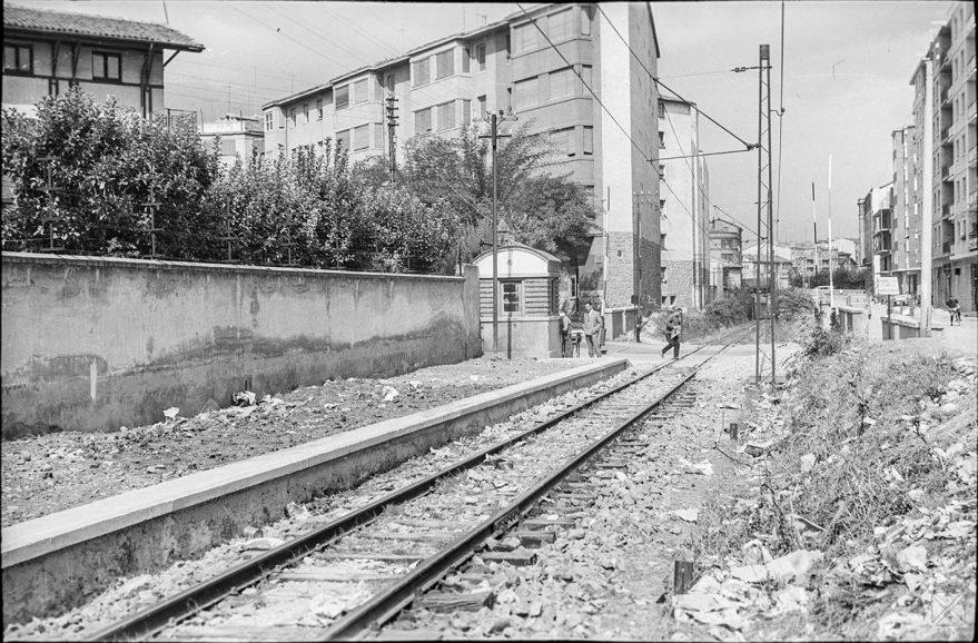 Paso a nivel en la calle Olaguibel en 1965. ARQUÉ. AMVG.