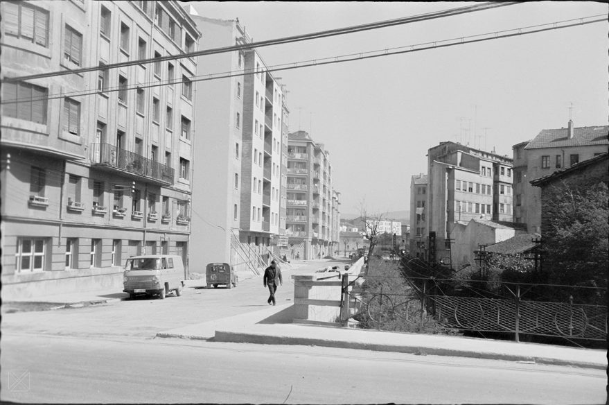 Aspecto del puente sobre las vías entre la avenida de Santiago y la calle José Mardones en 1965. ARQUÉ. AMVG.