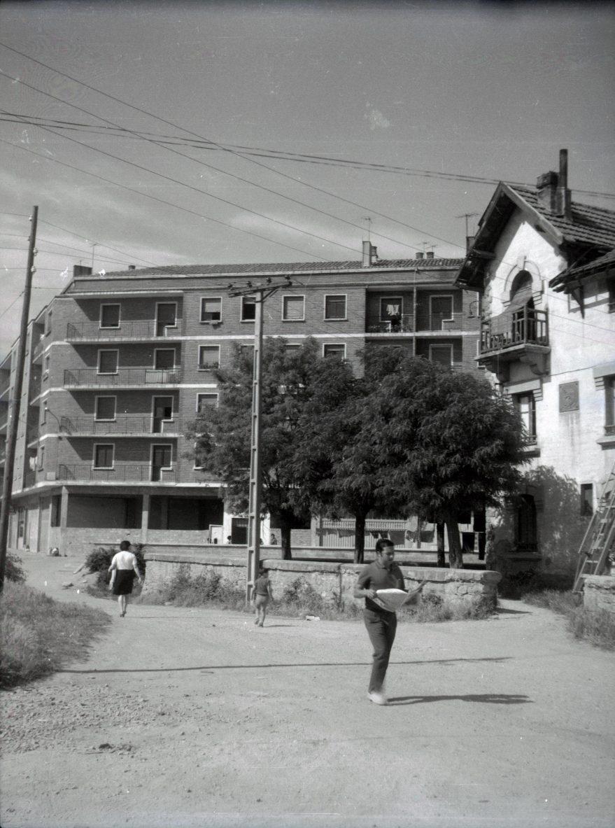 Antiguo edificio del ferrocarril Vasco-Navarro en la confluencia entre las calles Las Trianas y Raimundo Olabide en Adurza. Fondo Fundación Sancho el Sabio.