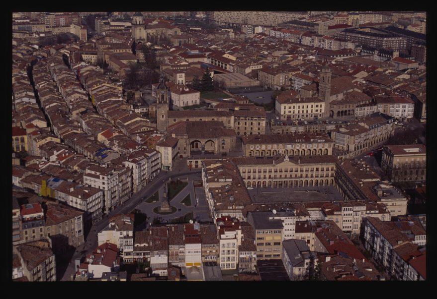 Vista aérea del entorno de la plaza de la Virgen Blanca en 1992. CC BY-NC 4.0 2015 / KUTXATEKA / Fondo Pello López