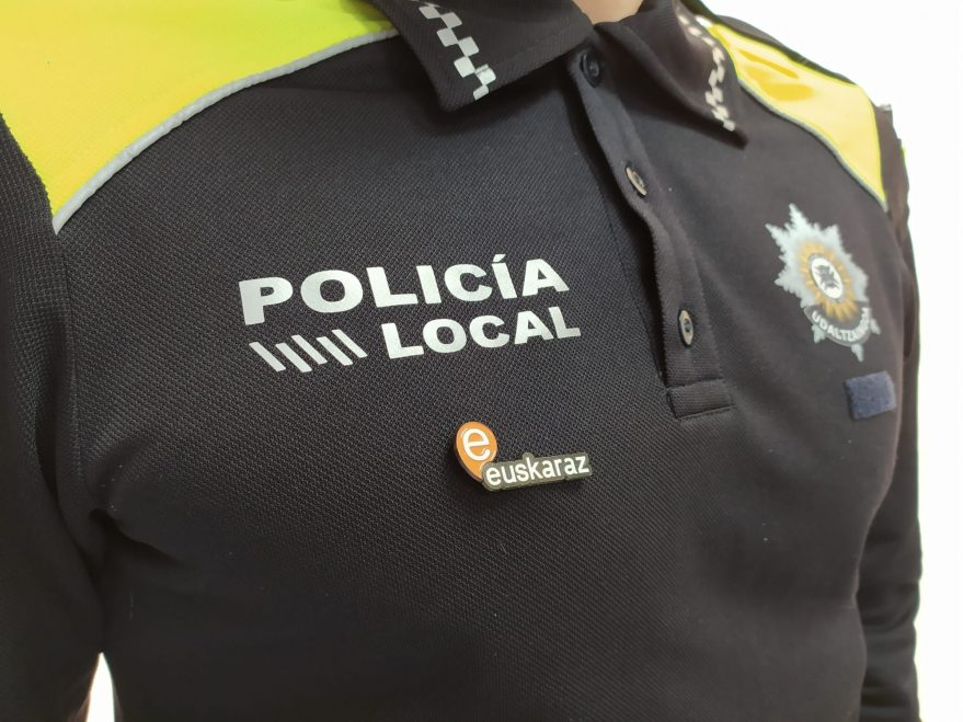 Uniforme-Policia-Local-con-distintivo-euskera-3