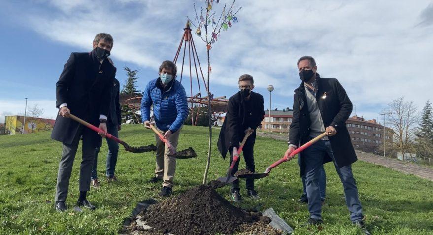 Aspanafoa planta un árbol contra el cáncer infantil