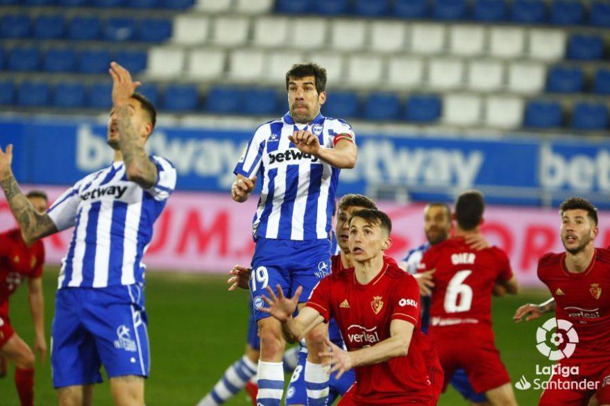 Manu García salta ante la defensa de Osasuna