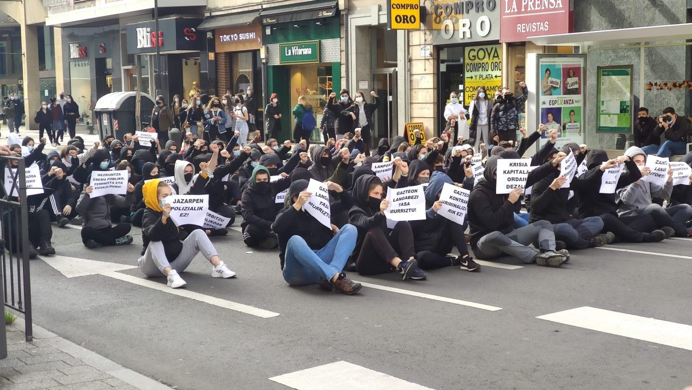 Decenas de jóvenes cortan la calle La Paz con motivo del 3 de Marzo | Gasteiz Hoy