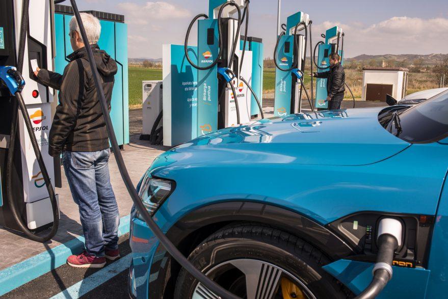 Un usuario carga su vehículo en el punto de carga ultrarápida de Lopidana.
