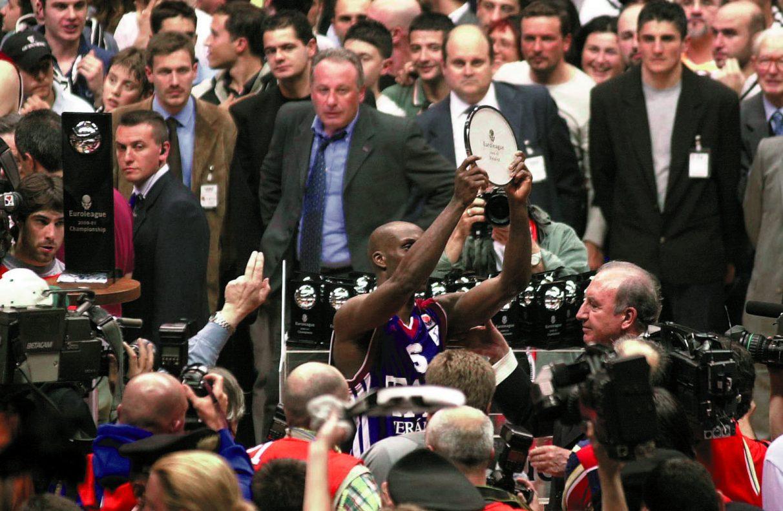 Elmer Bennett con el trofeo de subcampeón de Euroliga 2001