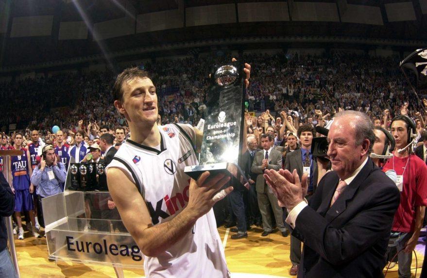 Alessandro Abbio recibe el trofeo de campeón de la Euroliga