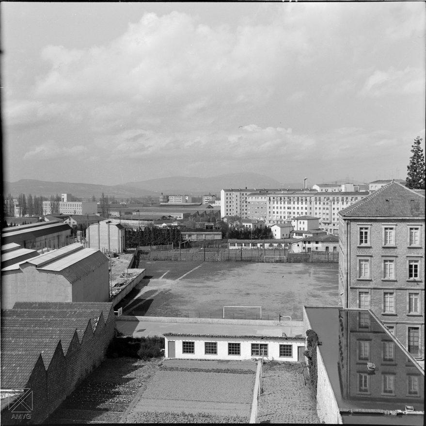 Perspectiva de la fábrica de Aranzabal y Ajuria al fondo desde las traseras de la calle Portal de Castilla en 1965. ARQUÉ. AMVG.
