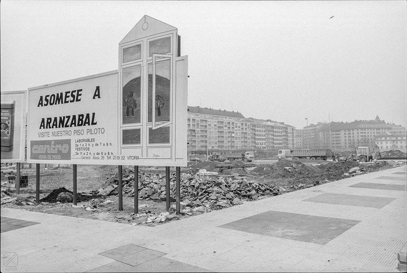 Aspecto de las obras de construcción de viviendas en Aranzabal en 1991. Javier Berasaluce. AMVG.