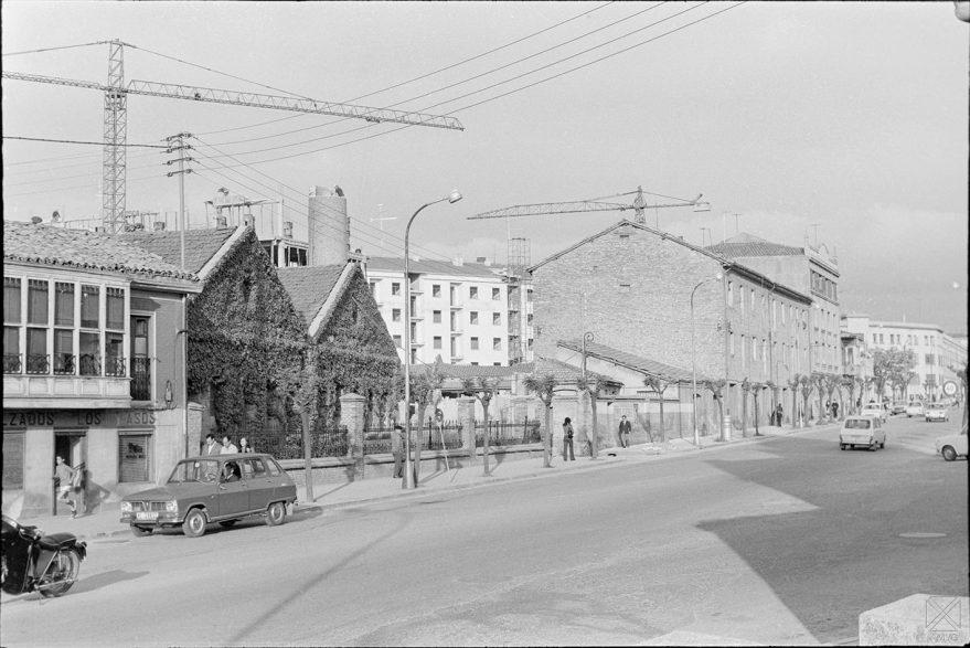 Calle Heraclio Fournier en 1971. A mano izquierda restos de la chimenea y pabellones de la antigua azucarera. ARQUÉ. AMVG.