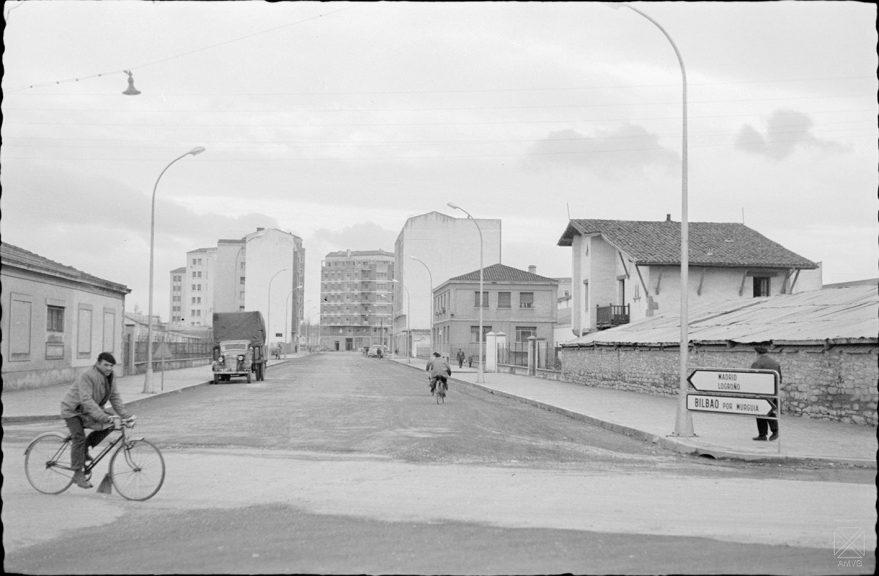Calle Simón de Anda en 1962. En el segundo edificio a mano derecha se encontraba la empresa MOVESA. ARQUÉ. AMVG.