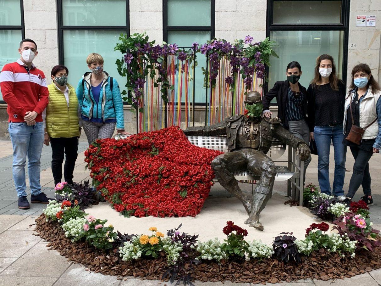 Las flores transforman las esculturas del centro de Vitoria-Gasteiz   Gasteiz Hoy