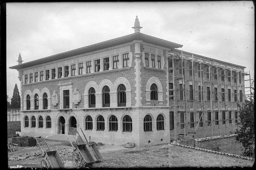 Construcción del edificio de Artes y Oficios en 1923. Obra del arquitecto Luis Díaz Tolosana. Enrique Guinea 1923. AMVG.