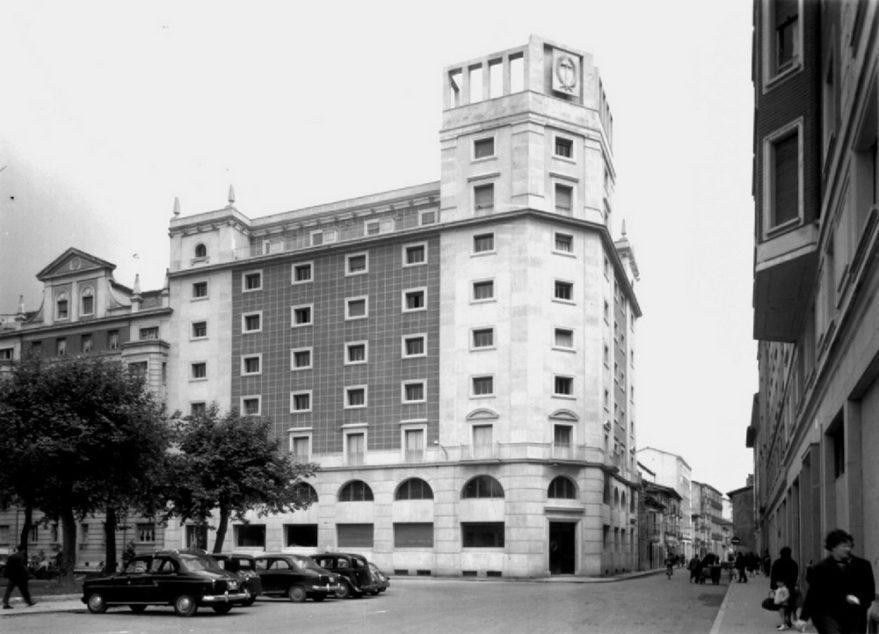 Edificio de la antigua Organización Sindical Española (Sindicato Vertical) inaugurado en 1958. Fondo Schomer. ATHA.