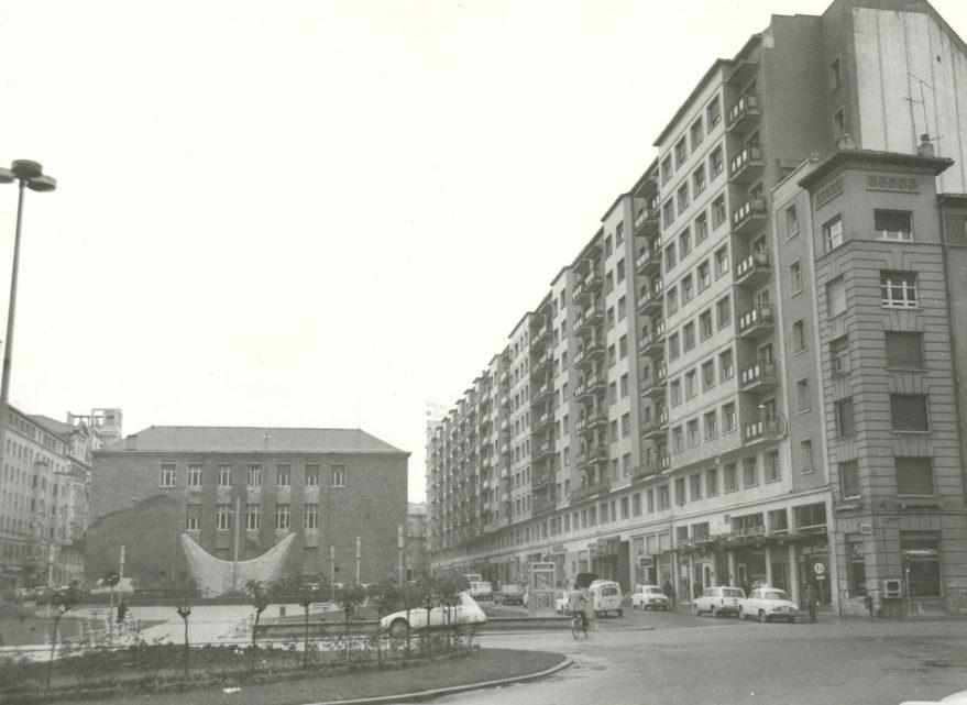 Plaza Juan de Ayala en 1972 con el antiguo monumento a los Caídos. Fondo Fundación Sancho el Sabio.