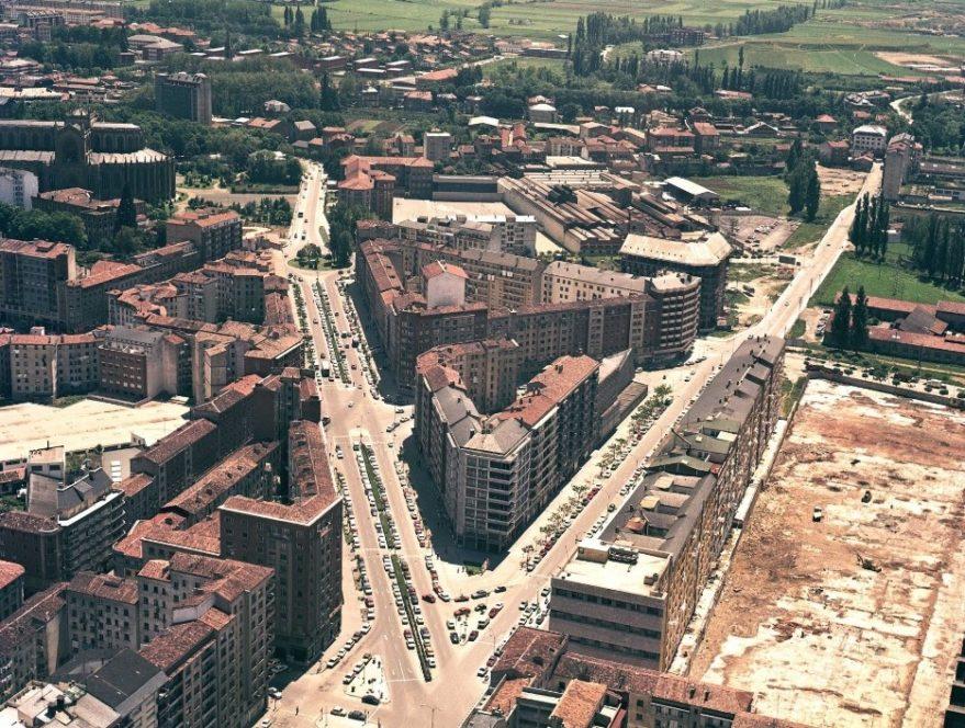 Perspectiva aérea de la calle Sancho el Sabio y avenida Gasteiz en 1977. Fondo FOAT. Euskadiko Artxibo Historikoa-Archivo Histórico de Euskadi.