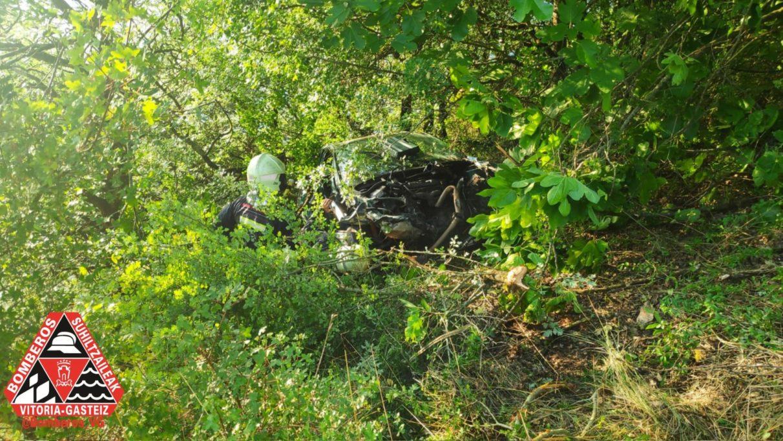 Vuelca un coche en la carretera del embalse   Gasteiz Hoy