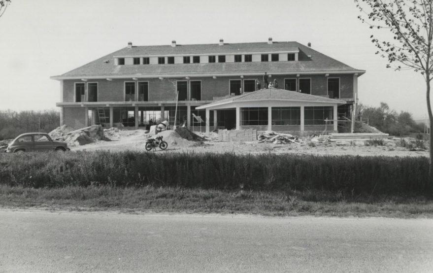 Hotel Iradier en construcción a mediados de los años sesenta. Fondo Fundación Sancho el Sabio.