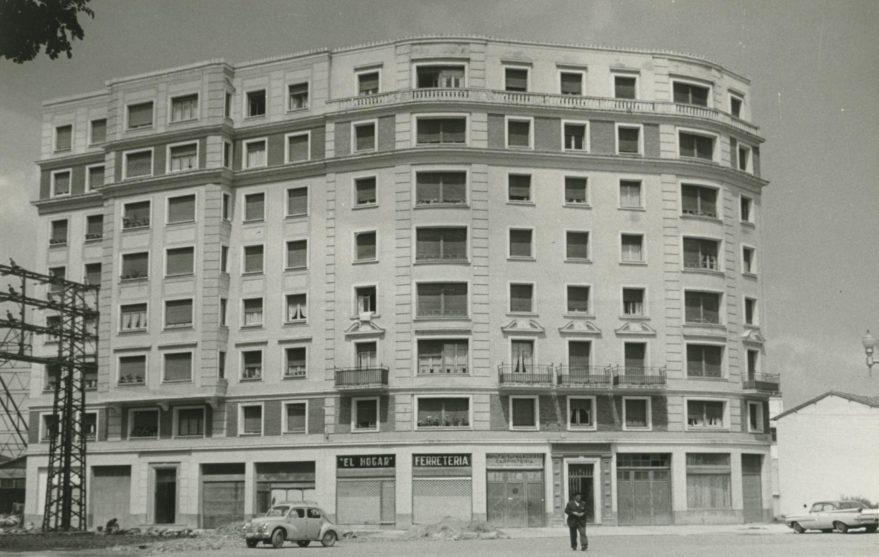 Edificio en la confluencia entre las calles Bastiturri y Sancho el Sabio en 1960. ARQUÉ. AMVG.