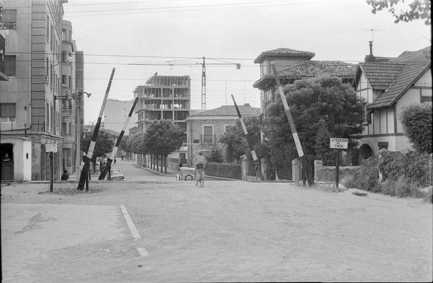 Paso a nivel del ferrocarril Vasco Navarro por la calle Federico Baraibar en 1965. ARQUÉ. AMVG.