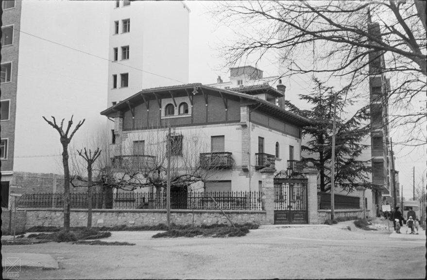 Antiguo chalet Ezquerra en la confluencia de las calle Olaguibel y avenida de Judimendi en 1966. ARQUÉ. AMVG.