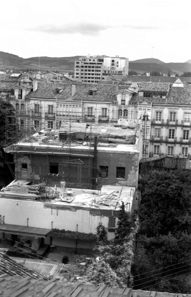 Obras de ampliación del edificio de Telefónica en la calle General Álava en 1962. ATHA Fondo Schommer.