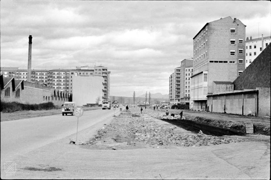 Aspecto de la avenida Gasteiz en 1967. A la izquierda se ve el primer edificio de la central telefónica antes de ser recrecido. ARQUÉ. AMVG.