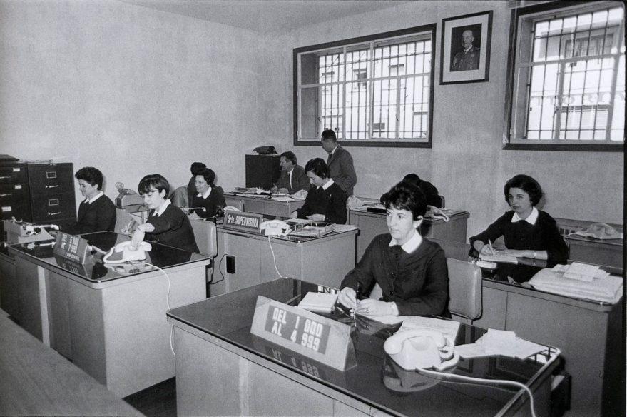 Sala de telefonistas del la central telefónica de la avenida de Gasteiz en 1967. ARQUE. AMVG.