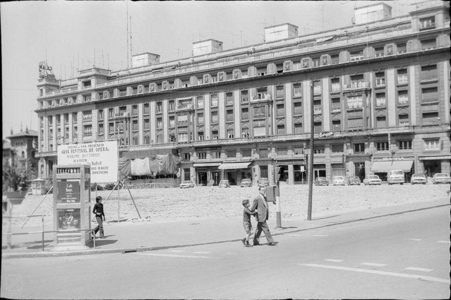 Aspecto del solar de la plaza de los Fueros con una cabina telefónica en primer plano en 1976. ARQUÉ. AMVG.