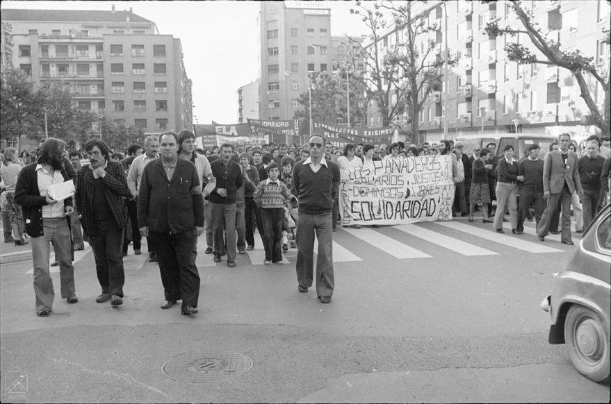 Manifestación de los trabajadores a la altura de la plaza de San Antón. Federico Arocena Andrés 1978. AMVG.